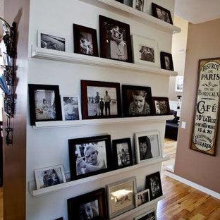 Bild på en liten vintage hall, med vita väggar och ljust trägolv