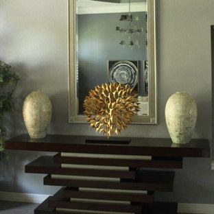 オースティンの中くらいのトランジショナルスタイルのおしゃれな廊下 (ベージュの壁、磁器タイルの床) の写真