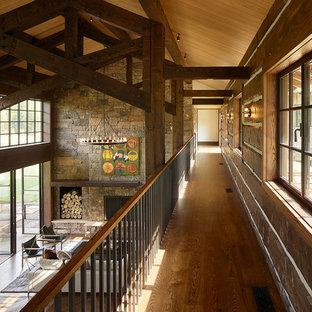 Modelo de recibidores y pasillos rurales con suelo de madera en tonos medios