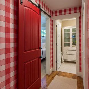 Источник вдохновения для домашнего уюта: коридор в морском стиле с паркетным полом среднего тона
