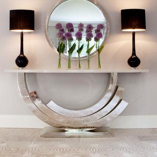 Inspiration för stora moderna hallar, med grå väggar, kalkstensgolv och grått golv