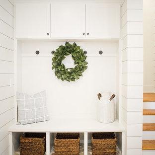 Пример оригинального дизайна: коридор среднего размера в классическом стиле с белыми стенами, кирпичным полом и разноцветным полом
