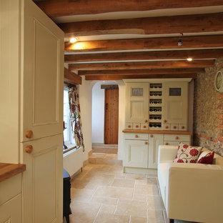 Idée de décoration pour un couloir champêtre avec un sol en travertin et un sol beige.