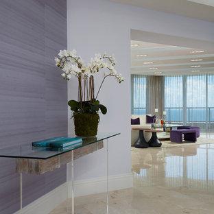 Foto på en stor funkis hall, med lila väggar, marmorgolv och beiget golv