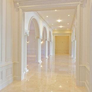 マイアミの広いトラディショナルスタイルのおしゃれな廊下 (白い壁、大理石の床、ベージュの床) の写真