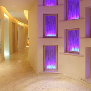 Idee per un ingresso o corridoio american style con pareti beige