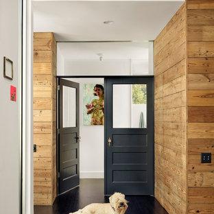 Cette photo montre un couloir tendance avec un sol en bois foncé et un sol noir.