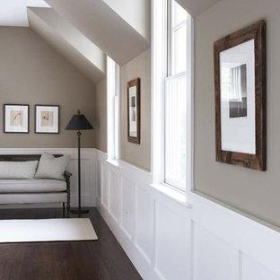 Aménagement d'un grand couloir classique avec un mur beige, un sol en bois foncé et un sol marron.