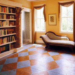 Cette image montre un couloir bohème de taille moyenne avec un sol en bois peint et un sol multicolore.