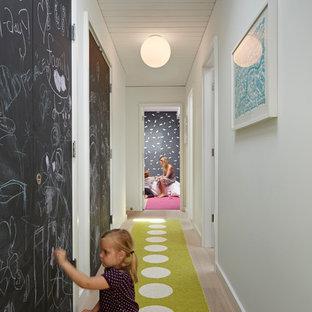 Foto de recibidores y pasillos vintage con paredes blancas y suelo de madera en tonos medios