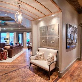 Diseño de recibidores y pasillos clásicos renovados con paredes grises y suelo de madera oscura