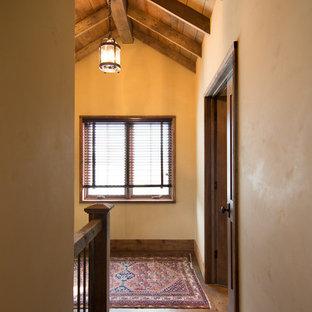 Inspiration för en mellanstor rustik hall, med beige väggar, mörkt trägolv och brunt golv
