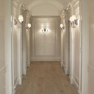 Inspiration för en vintage hall, med vita väggar, ljust trägolv och beiget golv
