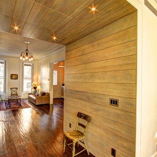 Klassischer Flur mit beiger Wandfarbe, dunklem Holzboden und braunem Boden in New York