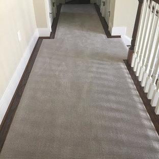 Exemple d'un couloir chic avec un mur beige et moquette.