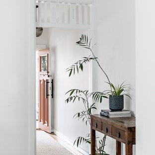 Идея дизайна: маленький коридор в скандинавском стиле с белыми стенами, паркетным полом среднего тона и коричневым полом