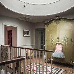 Foto på en mellanstor shabby chic-inspirerad hall, med grå väggar, heltäckningsmatta och brunt golv