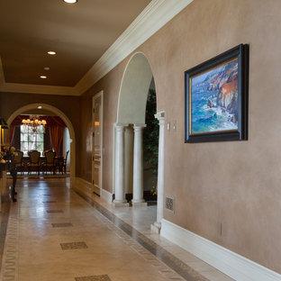 Inspiration för en mycket stor vintage hall, med beige väggar och marmorgolv