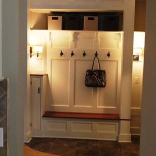 ニューヨークの中サイズのトラディショナルスタイルのおしゃれな廊下 (ベージュの壁、スレートの床) の写真