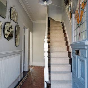 Immagine di un piccolo ingresso o corridoio tradizionale con pareti grigie e pavimento in terracotta