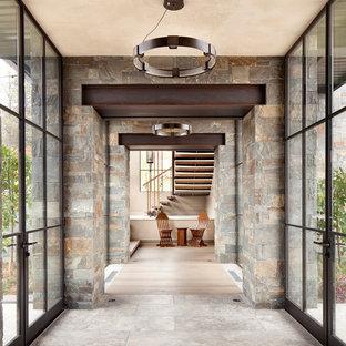 デンバーの巨大なコンテンポラリースタイルのおしゃれな廊下 (グレーの壁、セラミックタイルの床、グレーの床) の写真