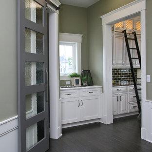 Großer Klassischer Flur mit grüner Wandfarbe und dunklem Holzboden in Grand Rapids