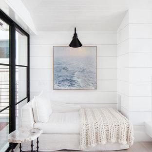Bild på en maritim hall, med vita väggar, ljust trägolv och beiget golv