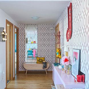 Idee per un ingresso o corridoio eclettico di medie dimensioni con pareti multicolore e parquet chiaro