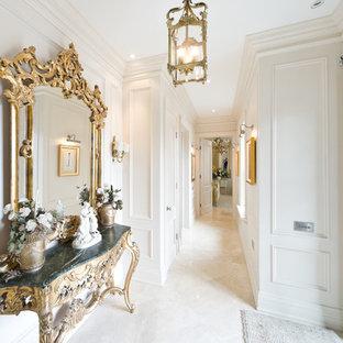 Diseño de recibidores y pasillos tradicionales, de tamaño medio, con paredes blancas, suelo de travertino y suelo beige