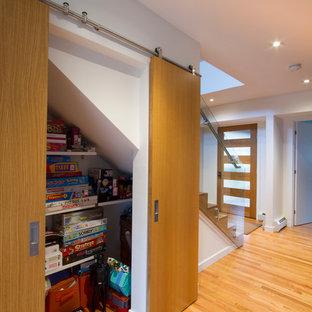 Пример оригинального дизайна: коридор среднего размера в стиле модернизм с белыми стенами, светлым паркетным полом и коричневым полом