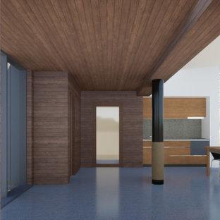 Aménagement d'un couloir moderne en bois de taille moyenne avec un mur marron, un sol en linoléum, un sol gris et un plafond en bois.