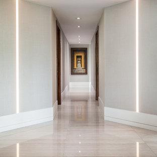 マイアミの中くらいのコンテンポラリースタイルのおしゃれな廊下 (グレーの壁、リノリウムの床) の写真