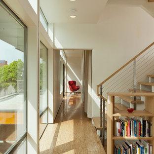 Idées déco pour un petit couloir moderne avec un mur blanc et un sol en liège.