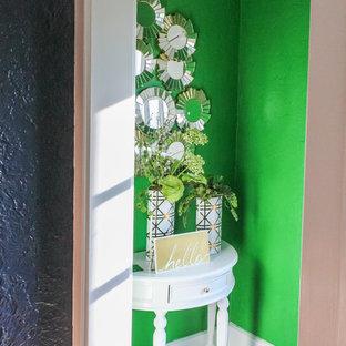 セントルイスの小さいトランジショナルスタイルのおしゃれな廊下 (緑の壁、マルチカラーの床) の写真