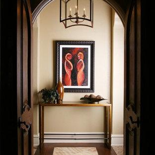 Idéer för en eklektisk hall, med beige väggar, mörkt trägolv och flerfärgat golv