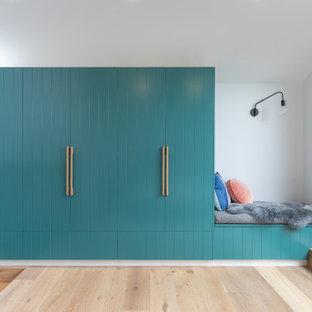 Moderner Flur mit weißer Wandfarbe, hellem Holzboden und beigem Boden in Melbourne