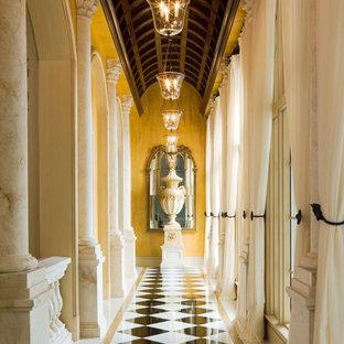 マイアミのトラディショナルスタイルのおしゃれな廊下 (黄色い壁) の写真