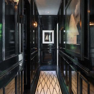 Неиссякаемый источник вдохновения для домашнего уюта: коридор в классическом стиле с черными стенами, деревянным полом и черным полом