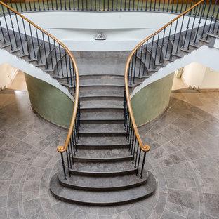 ウィルトシャーのトラディショナルスタイルのおしゃれな廊下 (ライムストーンの床) の写真
