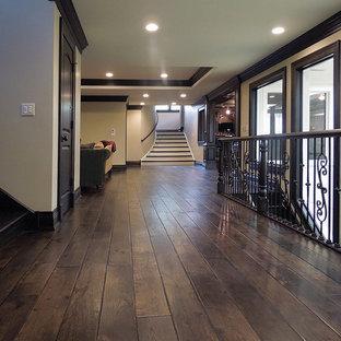 Esempio di un grande soggiorno chic con parquet scuro, pavimento marrone e soffitto ribassato