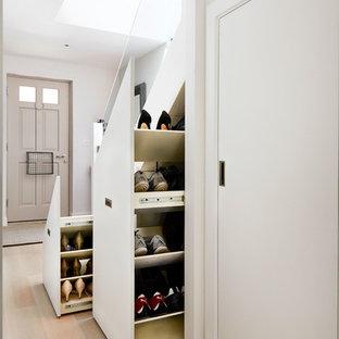 Inspiration för en funkis hall, med grå väggar och ljust trägolv