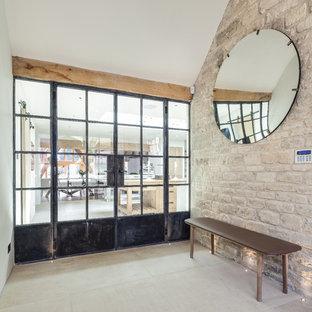 グロスタシャーのカントリー風おしゃれな廊下 (ライムストーンの床、ベージュの壁、ベージュの床) の写真