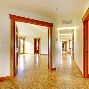 シアトルの広いトラディショナルスタイルのおしゃれな廊下 (ベージュの壁、コルクフローリング) の写真