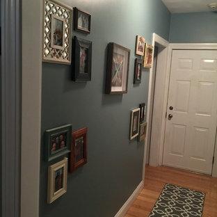Idéer för en liten shabby chic-inspirerad hall, med blå väggar och ljust trägolv
