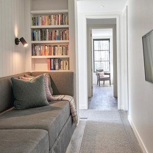 Idée de décoration pour un couloir champêtre de taille moyenne avec un mur blanc, un sol en bois clair, un sol gris et du lambris de bois.