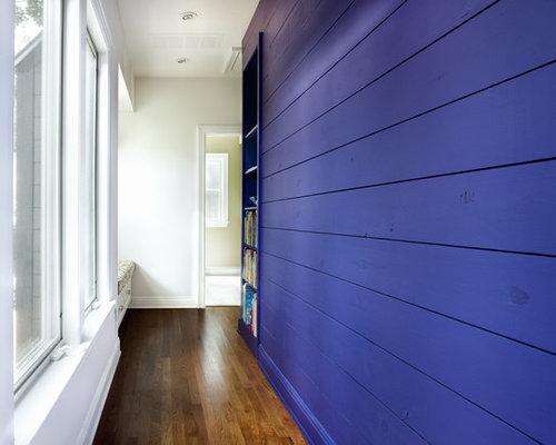 couloir avec un sol en bois brun et un mur violet photos et id es d co de couloirs. Black Bedroom Furniture Sets. Home Design Ideas