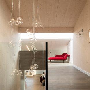 Inspiration för moderna hallar, med beige väggar, mellanmörkt trägolv och brunt golv