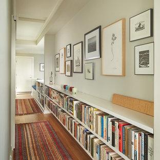 Idée de décoration pour un petit couloir tradition avec un mur blanc et un sol en bois brun.