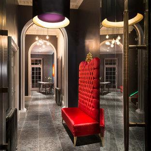 Inspiration pour un couloir bohème de taille moyenne avec un mur noir et un sol en carrelage de céramique.