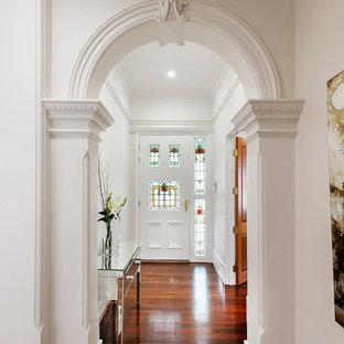 Cette photo montre un couloir victorien avec un mur blanc.